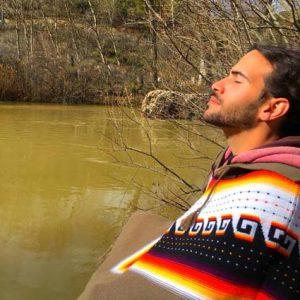 foto hombre meditando